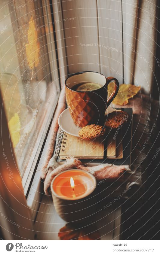 gemütlicher Herbstmorgen zu Hause. Heißer Tee und Kerze Frühstück Kaffee Lifestyle Leben Erholung lesen Buch Winter Wetter Regen heiß Geborgenheit bequem Tasse