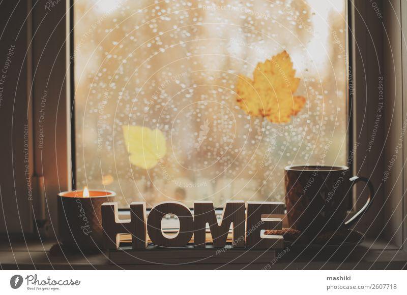 gemütlicher Herbstmorgen zu Hause. Heißer Tee und Kerze Kaffee Lifestyle Leben Erholung lesen Buch Wetter Regen Blatt Geborgenheit bequem Tasse Fenster trinken