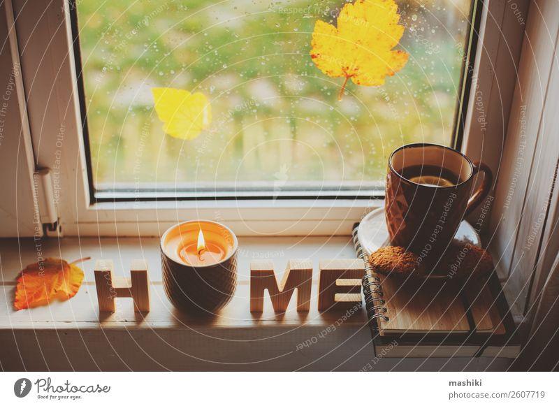 gemütlicher Herbstmorgen zu Hause. Heißer Tee und Kerze Frühstück Lifestyle Leben Erholung lesen Wetter Regen Blatt heiß Geborgenheit bequem Tasse Fenster