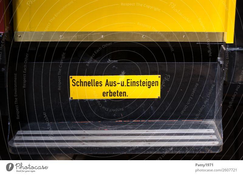 Beeilung, bitte! Straßenbahn Trittbrett Metall Zeichen Schriftzeichen Schilder & Markierungen Hinweisschild Warnschild alt gelb schwarz Kommunizieren