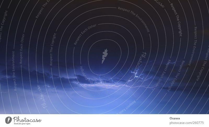 Wetterleuchten Gewitter Blitze Unwetter Wolken Himmel Elektrizität Spannung Blitzschlag Nacht blau Querformat Außenaufnahme Langzeitbelichtung Textfreiraum oben
