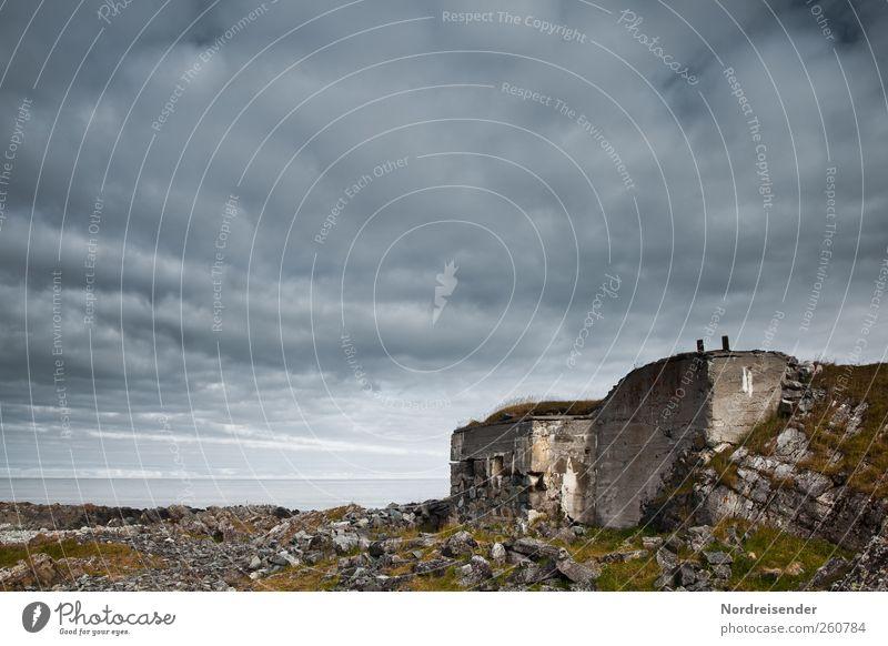 Das was bleibt.... Landschaft Klima Felsen Küste Meer Menschenleer Ruine Stein Beton bedrohlich dunkel gruselig Angst Entsetzen Feindseligkeit Gewalt Hass