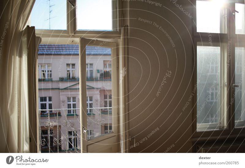 Nein, das ist kein Test. Häusliches Leben Wohnung Sonne Mauer Wand Fassade Fenster Stimmung Warmherzigkeit Farbfoto Morgen Sonnenlicht Sonnenstrahlen