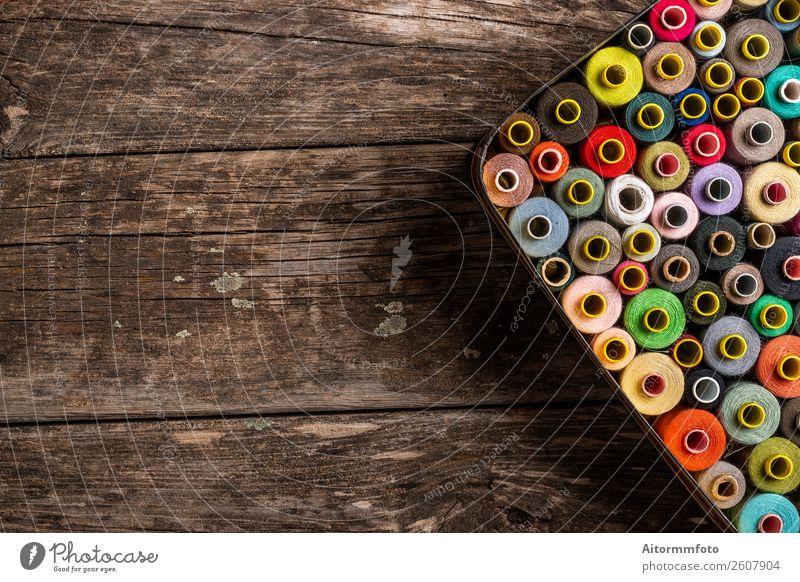 Buntes Set von Nähspulen auf Holztisch Design Freizeit & Hobby Arbeit & Erwerbstätigkeit Handwerk Werkzeug Accessoire Kunststoff hell braun rosa Farbe Idee