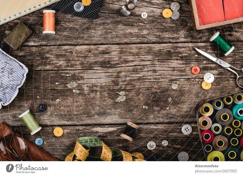 Set mit verstreuten Nähzubehörteilen auf rustikalem Holztisch Design schön Freizeit & Hobby Dekoration & Verzierung Tisch Handwerk Werkzeug Schere Stoff
