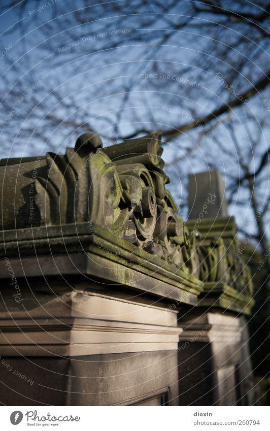 in Stein gehauen alt Baum Tod Religion & Glaube Traurigkeit authentisch Hoffnung Trauer Ewigkeit historisch Skulptur Sehenswürdigkeit Friedhof eckig Bildhauerei