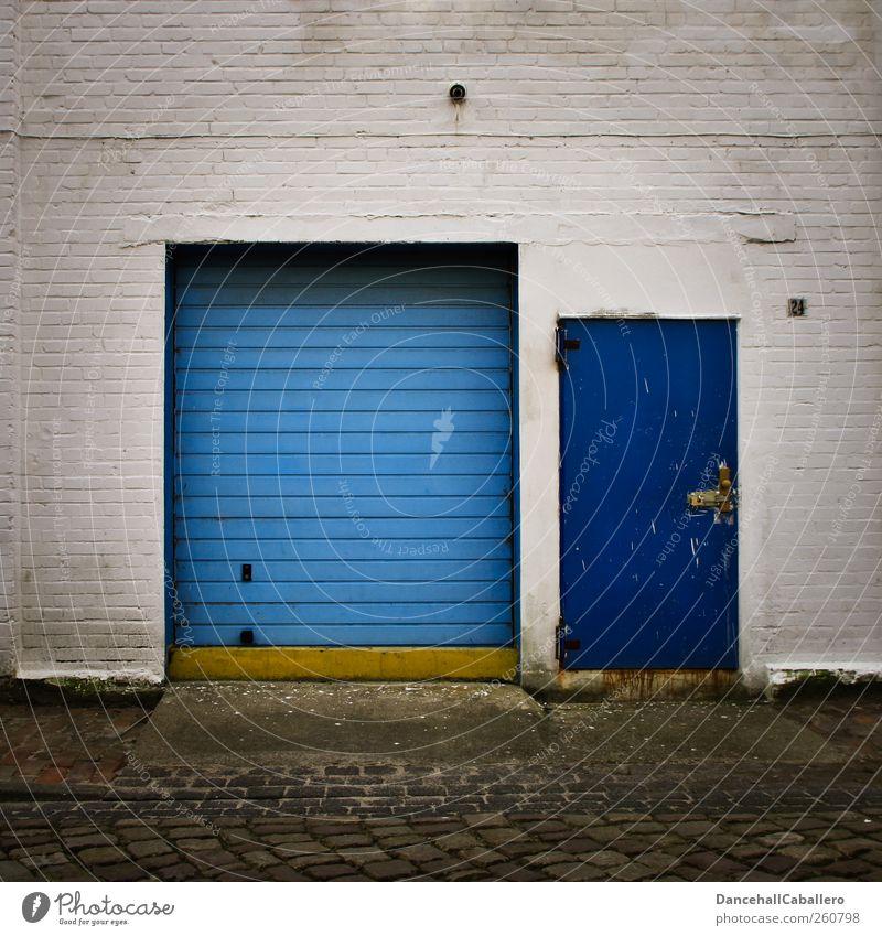 Garageneingang alt blau weiß Stadt Haus gelb Straße dunkel Wand Mauer Metall Linie 2 Tür Sicherheit Industrie