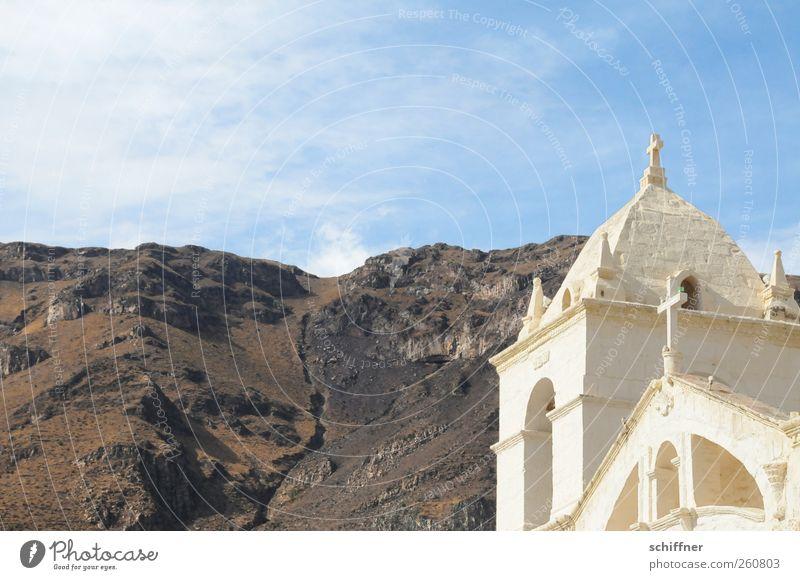 Maca Himmel alt weiß Landschaft Berge u. Gebirge Beleuchtung Erde Felsen Kirche Urelemente Bauwerk Schönes Wetter Christliches Kreuz Sehenswürdigkeit steil Felsspalten