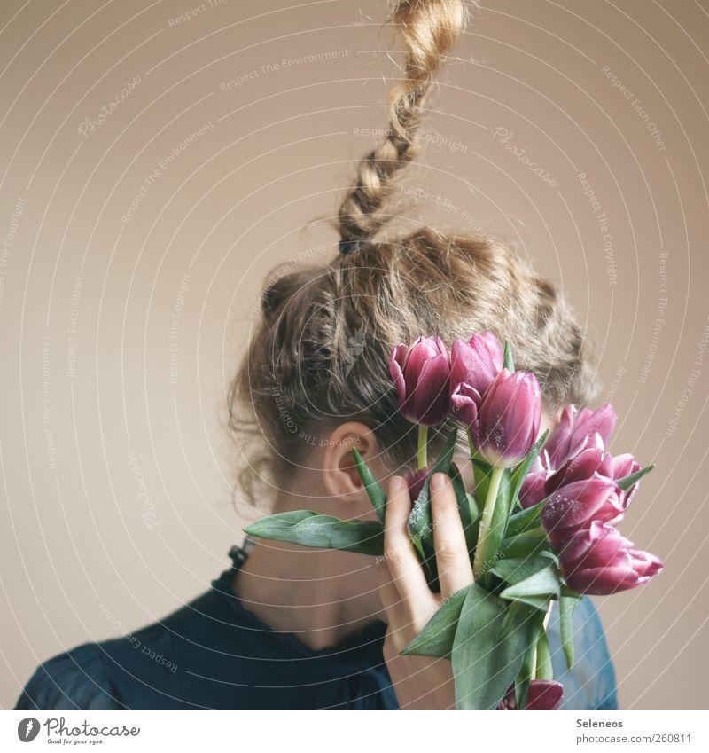durch die Blumen gesagt Mensch feminin Frau Erwachsene Ohr Hand Finger 1 Umwelt Natur Tulpe Blatt Blüte T-Shirt Haare & Frisuren blond langhaarig Locken Zopf