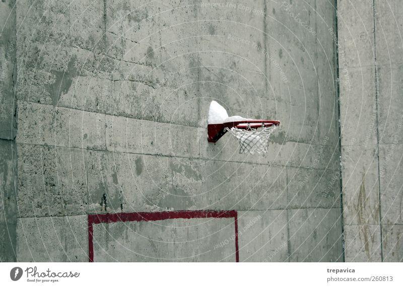 grau_ rot weiß Stadt Winter Einsamkeit ruhig Erholung Schnee Wand Graffiti Mauer Gebäude Metall Linie Kindheit