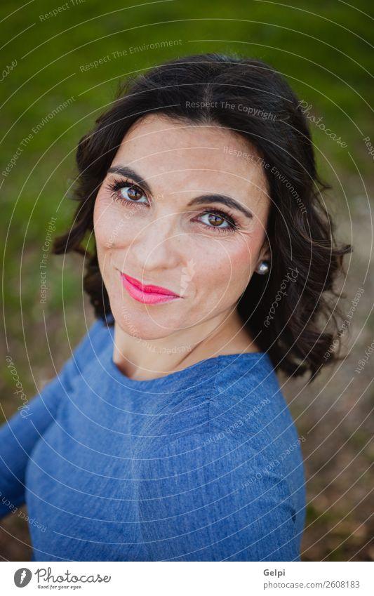 Frau Mensch Natur blau schön weiß Gesicht Lifestyle Erwachsene Glück Stil Mode Park elegant Lächeln Bekleidung