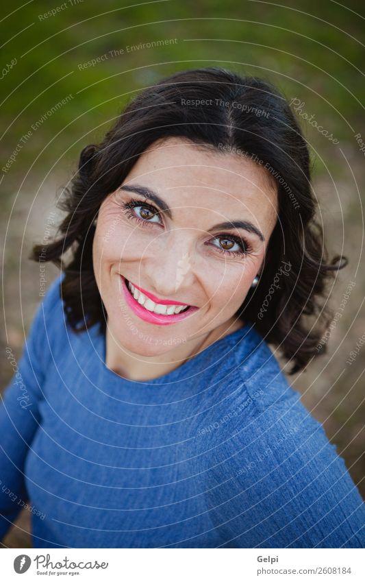 Hübsche brünette Frau Lifestyle elegant Stil Glück schön Gesicht Schminke Mensch Erwachsene Natur Park Mode Bekleidung Pelzmantel Lächeln trendy blau weiß