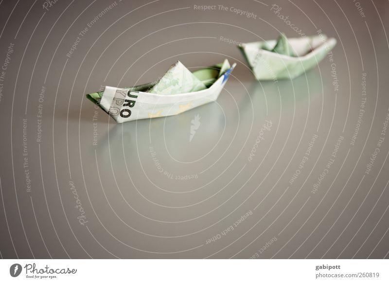 Euro-Rettungsboot Reichtum Geld sparen Papierschiff Beiboot Eurozeichen Macht Neid geizig Gier Hemmungslosigkeit verschwenden Ende Erfolg Gerechtigkeit Dekadenz