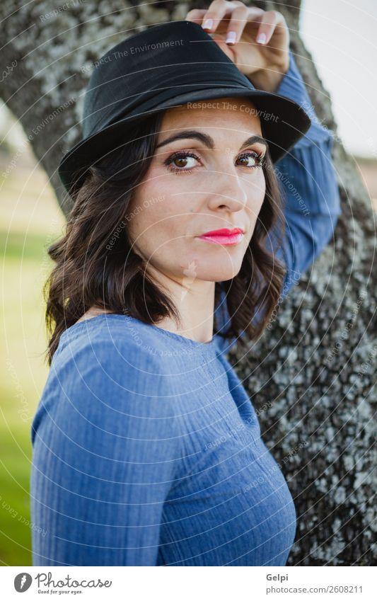 Hübsche brünette Frau Lifestyle Stil Freude Glück schön Gesicht Mensch Erwachsene Natur Landschaft Baum Mode Bekleidung Hut Lächeln Erotik niedlich retro blau