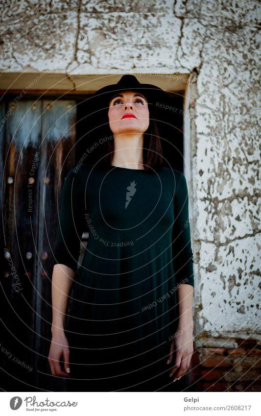 Hübsche brünette Frau Lifestyle Stil schön Gesicht Mensch Erwachsene Landschaft Mode Bekleidung Kleid Hut Holz alt Denken Erotik niedlich retro schwarz Idee