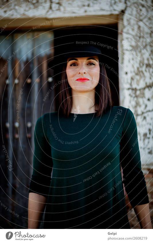Hübsche brünette Frau Lifestyle Stil Glück schön Gesicht Mensch Erwachsene Landschaft Mode Bekleidung Kleid Hut Holz alt Lächeln Erotik niedlich retro schwarz