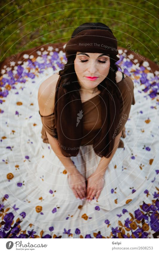 Hübsche brünette Frau Lifestyle Stil schön Mensch Erwachsene Natur Blume Mode Bekleidung Rock sitzen Erotik niedlich retro braun Mädchen jung Beautyfotografie