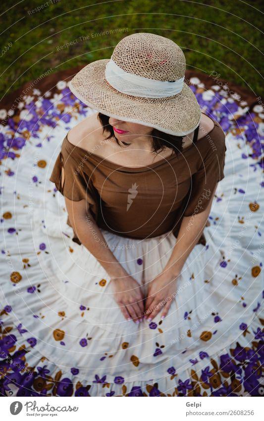 Stilvolle Frau Lifestyle schön Mensch Erwachsene Natur Landschaft Blume Mode Bekleidung Rock Hut brünett sitzen Erotik niedlich retro braun Mädchen jung