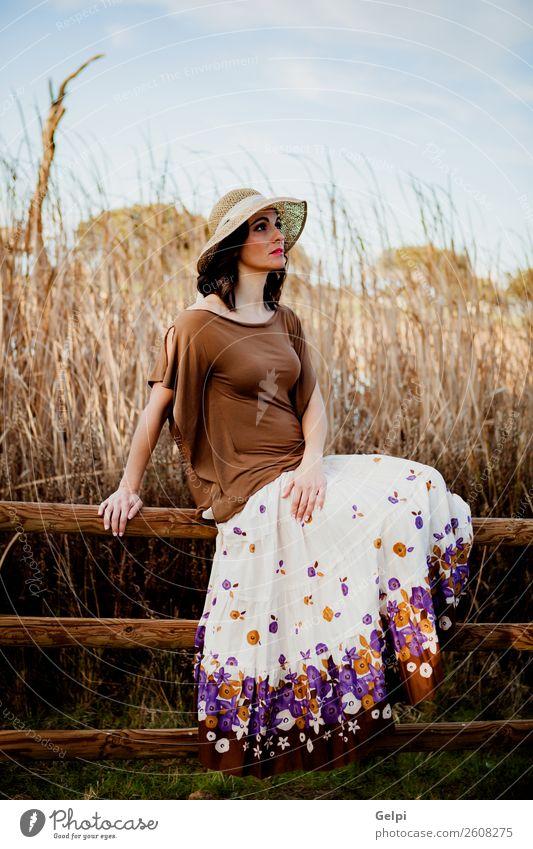 Stilvolle Frau Lifestyle schön Mensch Erwachsene Natur Landschaft Mode Bekleidung Rock Hut brünett sitzen Erotik niedlich retro braun Mädchen jung