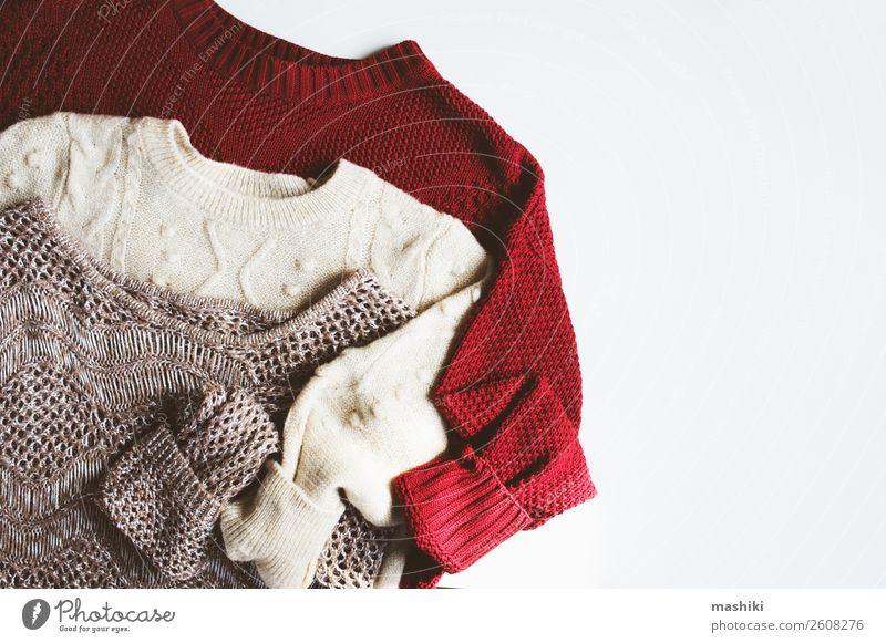 Set warmer Strickpullover auf weißem Hintergrund Lifestyle Stil Design stricken Winter Herbst Mode Bekleidung Pullover Stoff Sammlung Holz weich bequem Farbe
