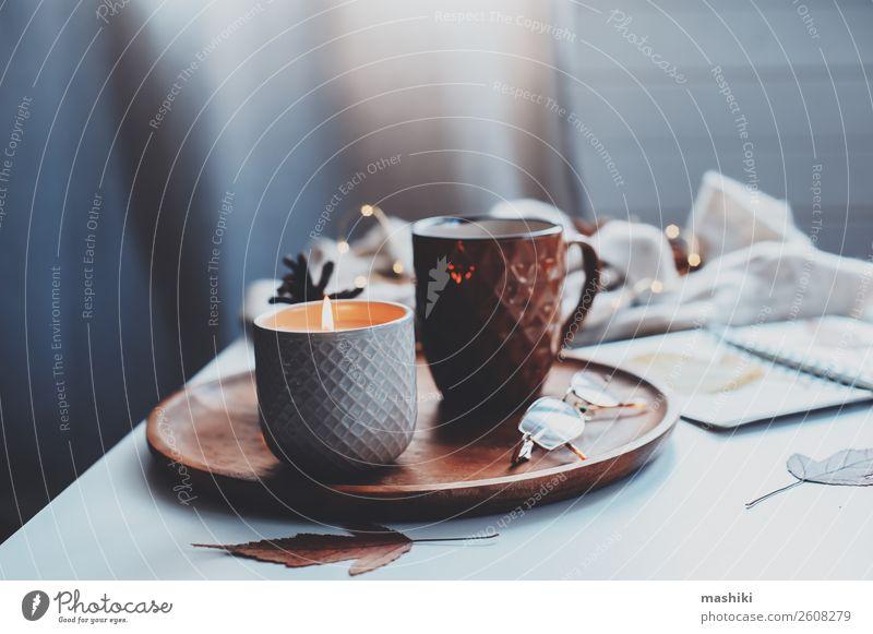 gemütlicher Herbst- oder Wintermorgen zu Hause. Frühstück Tee Lifestyle Erholung Dekoration & Verzierung Tisch Buch Landschaft Holz heiß natürlich braun