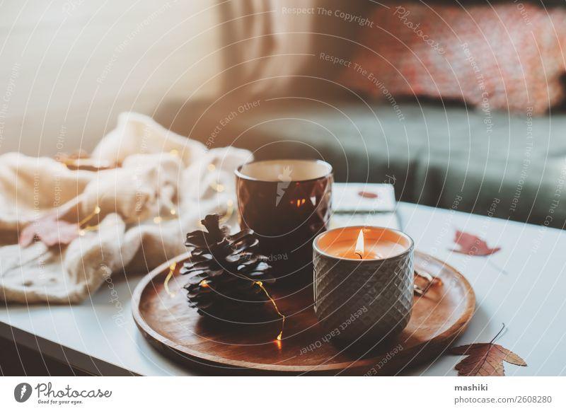 gemütlicher Herbst- oder Wintermorgen zu Hause. Frühstück Tee Lifestyle Erholung Dekoration & Verzierung Tisch Buch Landschaft Holz heiß natürlich Geborgenheit