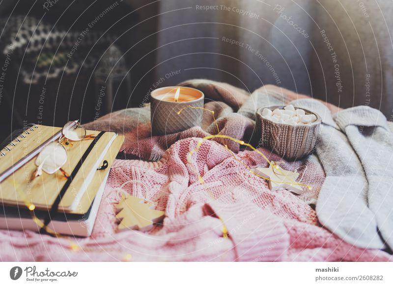 gemütlicher Herbst- oder Wintermorgen zu Hause. Frühstück Kakao Lifestyle Erholung Dekoration & Verzierung Tisch Buch Landschaft Wärme Blatt Pullover Schal