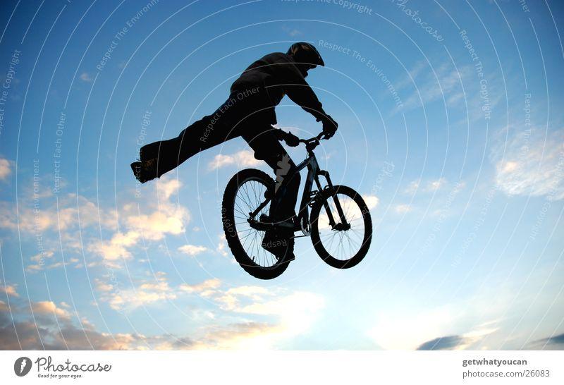 Fuß weg Himmel schwarz Wolken springen Fuß Luft Fahrrad Angst fliegen Mut Trick Rampe Stunt Extremsport