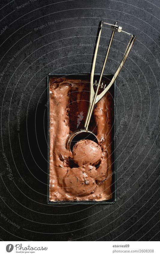 Schokoladeneis auf schwarzem Steingrund Speiseeis süß Bonbon Sommer Sahne Eis Baggerlöffel Hintergrund neutral Dessert gefroren reich kalt Kalorienreich braun