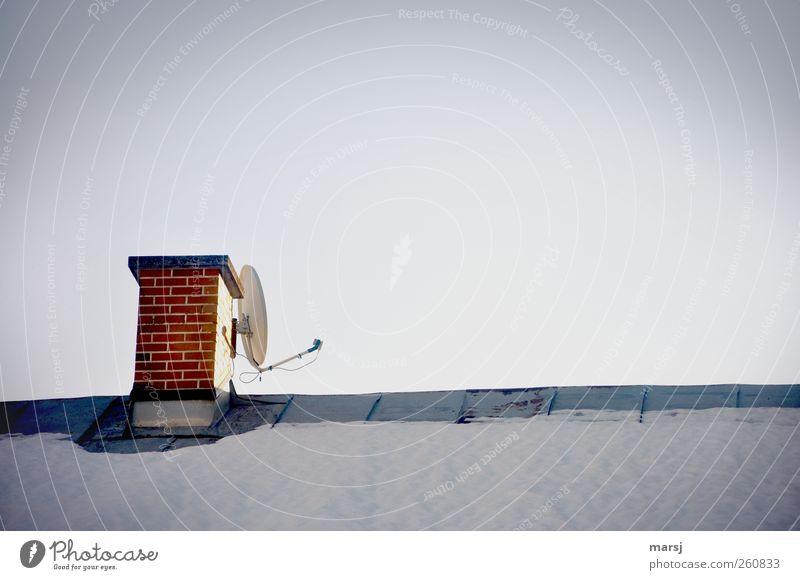 Rückendeckung Haus Satellitenantenne Technik & Technologie Dach Schornstein Metall Backstein einfach kalt blau braun weiß Kommunizieren Kontakt Farbfoto