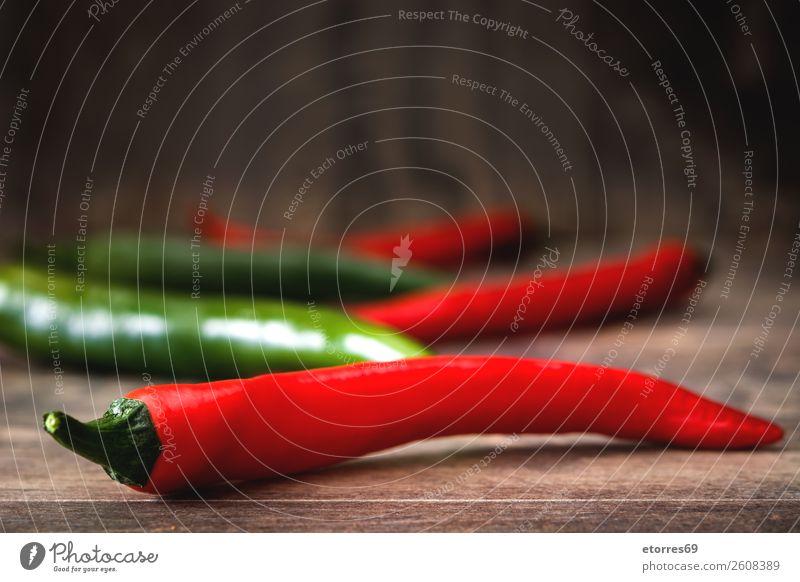 Rote und grüne Chilischoten auf Holztisch Paprika Pfeffer Peperoni Würzig rot Gemüse Lebensmittel Gesunde Ernährung Foodfotografie Chile Kräuter & Gewürze
