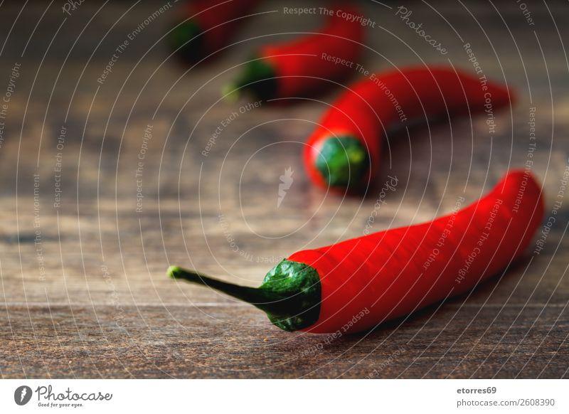Rote Chilischote auf Holztisch Paprika Pfeffer Peperoni Würzig rot Gemüse Lebensmittel Gesunde Ernährung Foodfotografie Chile Kräuter & Gewürze brennen