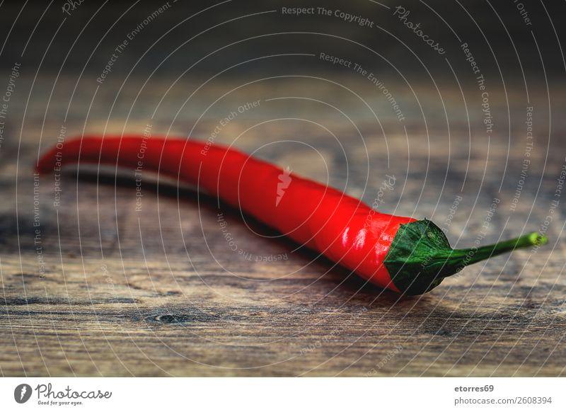 Rote Chilischote auf Holztisch Paprika Würzig rot Gemüse Lebensmittel Gesunde Ernährung Foodfotografie Chile Kräuter & Gewürze Brandwunde Essen zubereiten