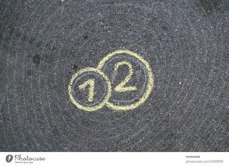 Das Geld liegt auf der Straße gelb Graffiti grau Stein gold Schilder & Markierungen rund Ziffern & Zahlen Zeichen Verkehrswege reich Eurozeichen