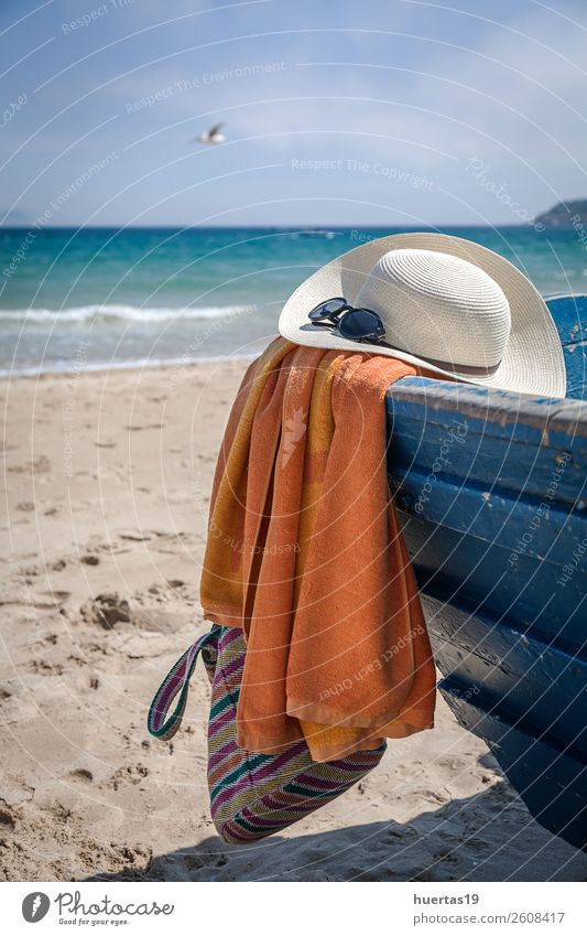 Hut und Sonnenbrille am Strand Lifestyle elegant Stil Design Leben Ferien & Urlaub & Reisen Meer Tisch Schere Maßband Frau Erwachsene Mann Küste Wasserfahrzeug