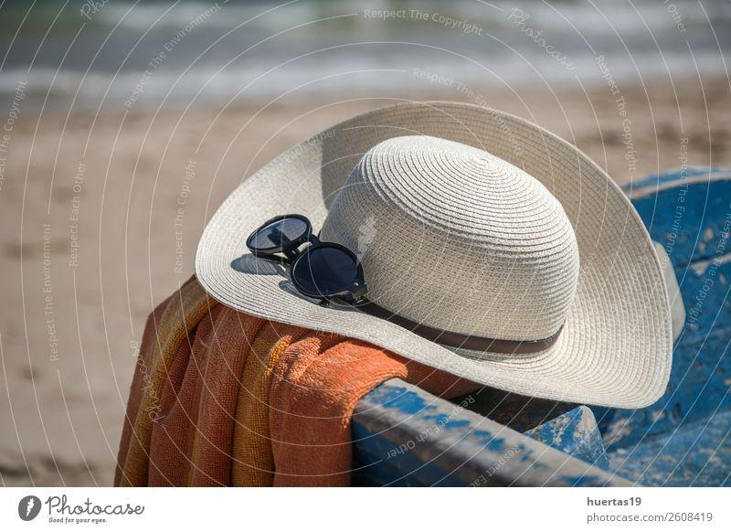 Hut und Sonnenbrille am Strand Lifestyle Stil Design Leben Ferien & Urlaub & Reisen Meer Tisch Schere Maßband Frau Erwachsene Mann Sommer Küste Wasserfahrzeug