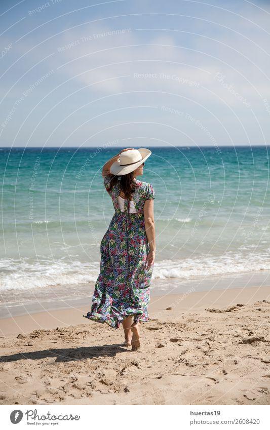 Attraktive Frau am Strand Lifestyle Stil Glück schön Haut Meer Telefon Mensch feminin Erwachsene Körper Sommer Küste Lächeln Fröhlichkeit niedlich attraktiv