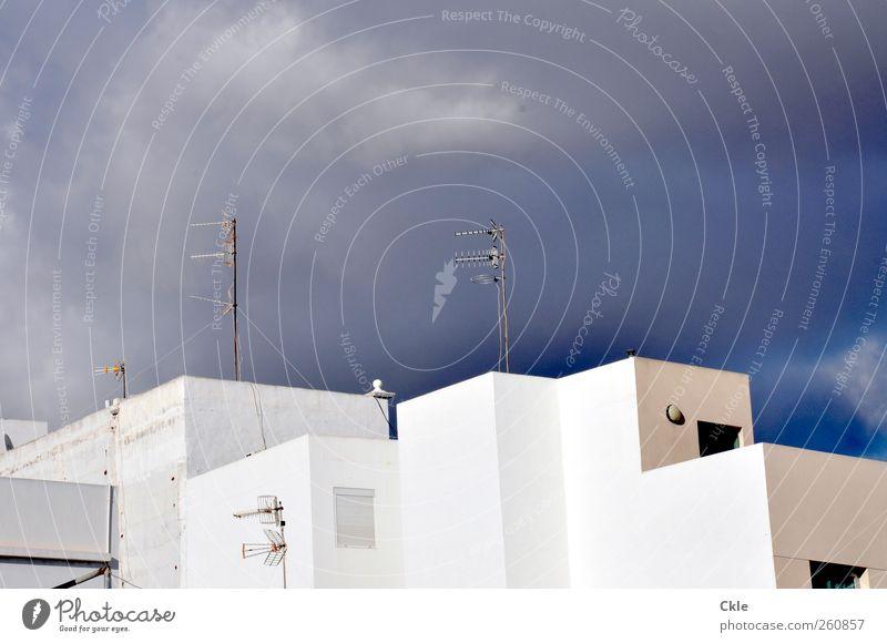 Bewohnt Himmel blau weiß Stadt Wolken Haus Wand Architektur grau Mauer Stil Gebäude träumen Wohnung Fassade Klima