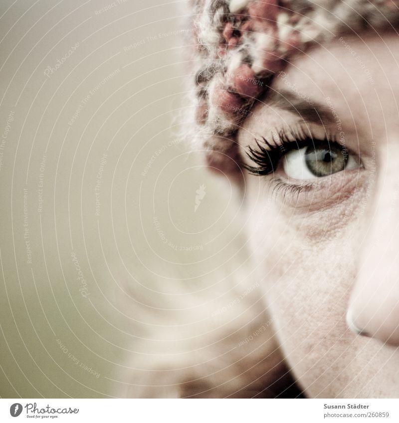 . Mensch Jugendliche Erwachsene Gesicht feminin Kopf Haare & Frisuren blond Sicherheit 18-30 Jahre beobachten Schutz Junge Frau Mütze Locken direkt
