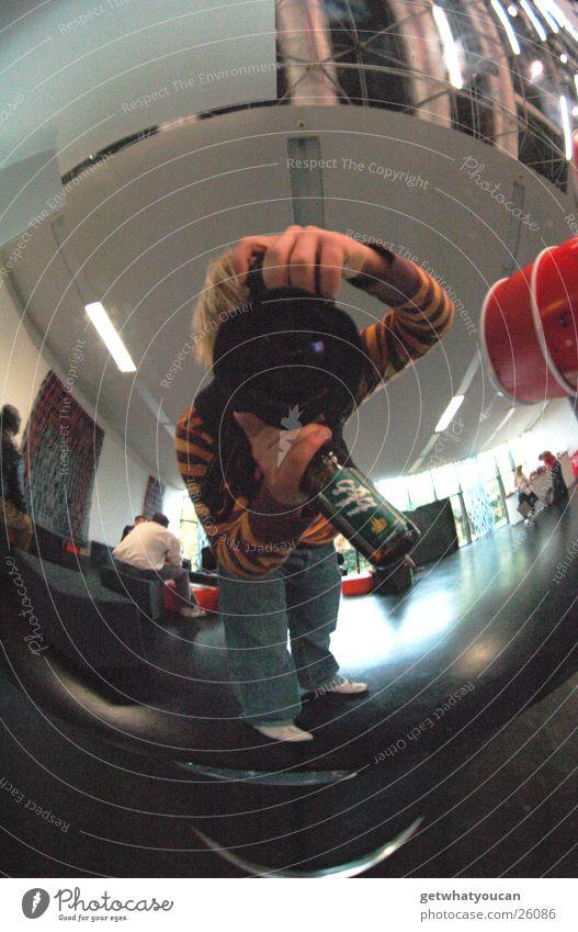 Kugelrund Müllbehälter Chrom glänzend Reflexion & Spiegelung Photokina trinken Bier Köln Mann Raum Ernährung Kölsch Fotokamera Decke Bodenbelag Fischauge