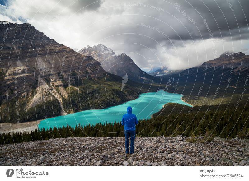 verlassen | nicht wirklich Mensch Ferien & Urlaub & Reisen Natur Mann Landschaft Wolken Einsamkeit Ferne Berge u. Gebirge Erwachsene Tourismus Freiheit See