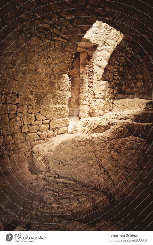 alte Gemäuer I Wand Gebäude Mauer Stein Felsen Vergänglichkeit historisch Bauwerk verfallen Sehenswürdigkeit Frankreich Ruine heilig Durchgang Ausgang