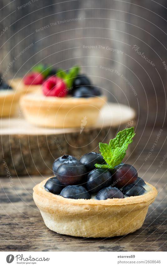 Köstliche Törtchen mit Himbeeren Blaubeeren Frucht Dessert Lebensmittel Foodfotografie Gesunde Ernährung Speise lecker Sahne Vanillepudding Snack verglast