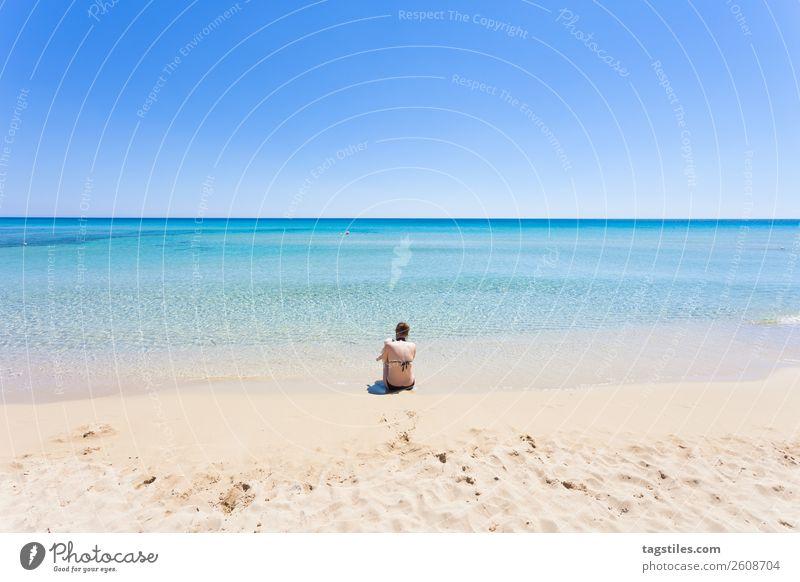 Frau Himmel Natur Sommer Farbe Wasser Landschaft Sonne Meer Strand Küste Schwimmen & Baden Sand Horizont Europa sitzen