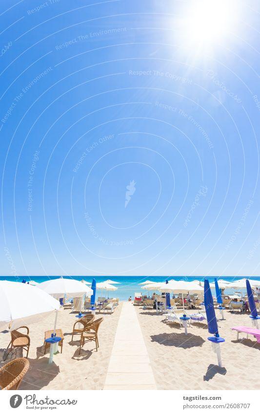 Apulien, Italien - Am Strand von Lido Venere Adria Schwimmen & Baden Küste Europa Fußspur Landschaft lügen Mittelmeer Sonnenschirm Parasolpilz Rochen Rollfeld