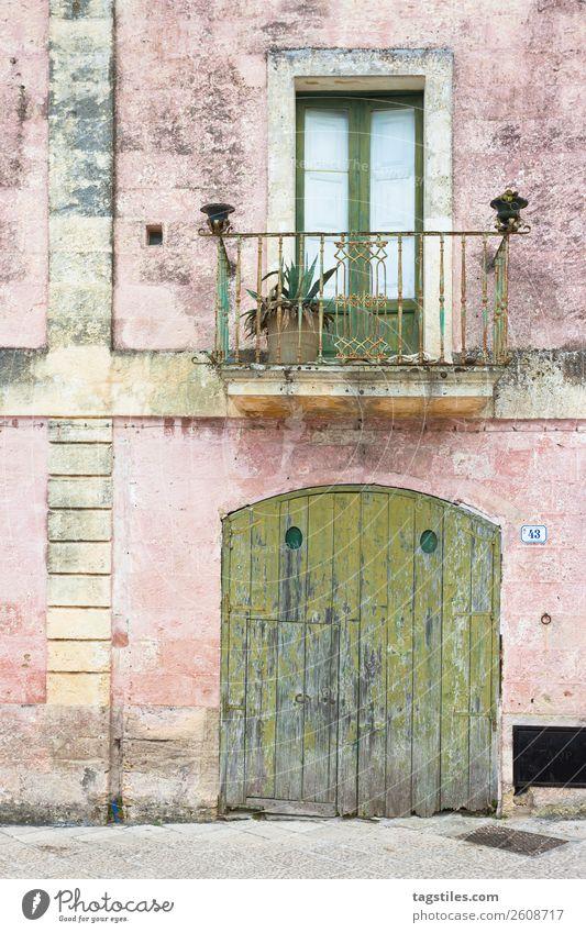 Specchia, Apulien - Altstadt von Specchia Gasse Architektur Balkon Scheunentor Gebäude Großstadt Kopfsteinpflaster Farbe mehrfarbig Design Tür Europa Fassade