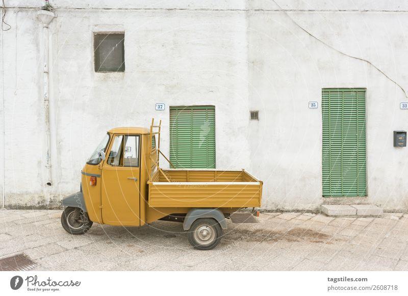 Specchia, Apulien - Ein altes historisches Dreiräderfahrzeug PKW Großstadt Kopfsteinpflaster Farbe Design Europa Fischerdorf Italien Wege & Pfade Gasse