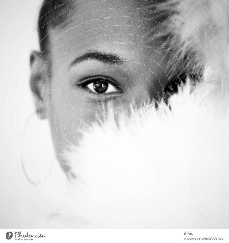 Lilian feminin Frau Erwachsene Auge 1 Mensch Stoff Ohrringe Haare & Frisuren beobachten Blick schön Wärme weich Wachsamkeit Neugier Interesse Schüchternheit