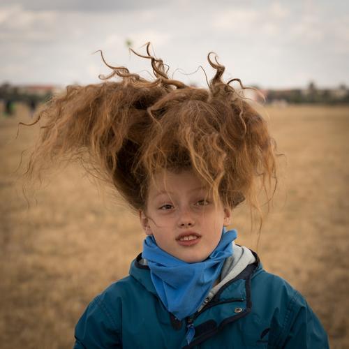 für L. Mensch feminin Kind Kindheit Jugendliche Leben Kopf Haare & Frisuren 1 8-13 Jahre Frühling Herbst Baum Feld braun rot Farbfoto Außenaufnahme