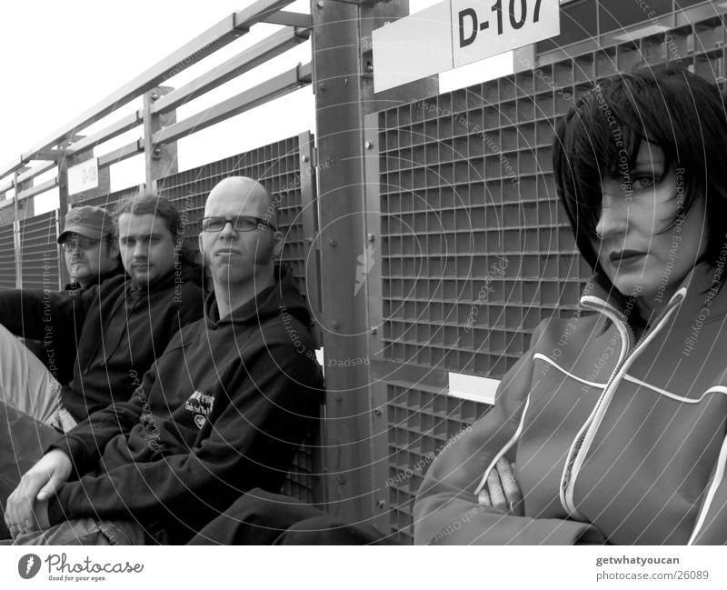 The Band 1 Frau Mann Parkdeck kalt ernst Menschengruppe Geländer Schwarzweißfoto Wind Perspektive Blick Auge